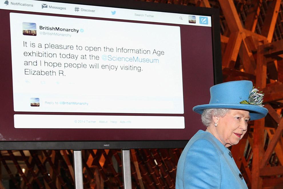 Королева познает Твиттер: на мониторе ее первая запись