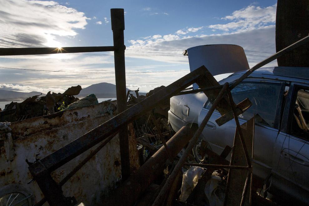 В центре Южно-Курильска можно встретить такие пейзажи в виде металлолома и заброшенного автомобиля