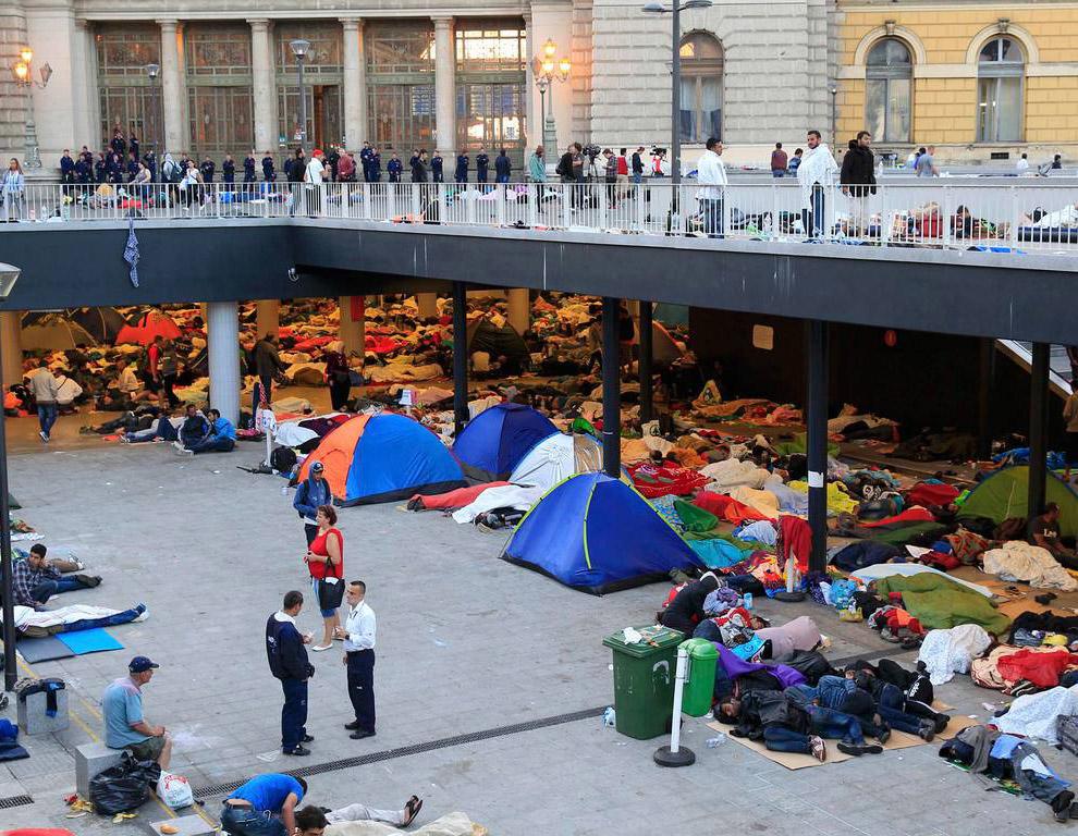 Палаточный городок беженцев на привокзальной площади