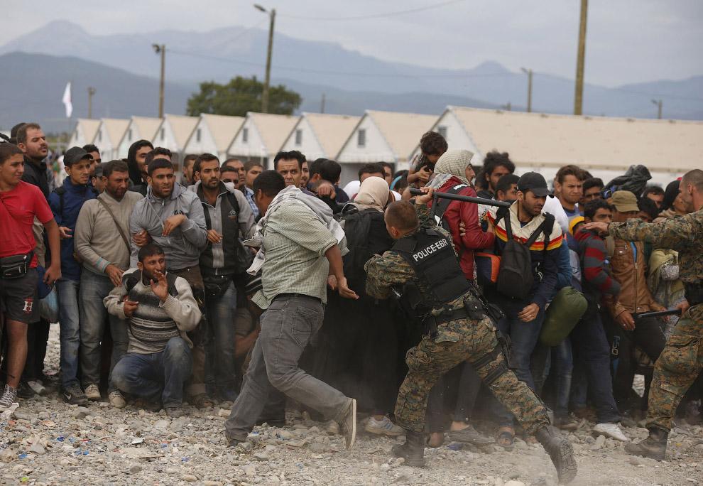 Мигранты в Македонии и полицейские