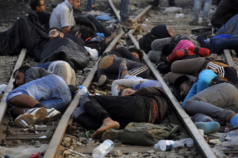 Привал на железнодорожных путях на границе с Македонией