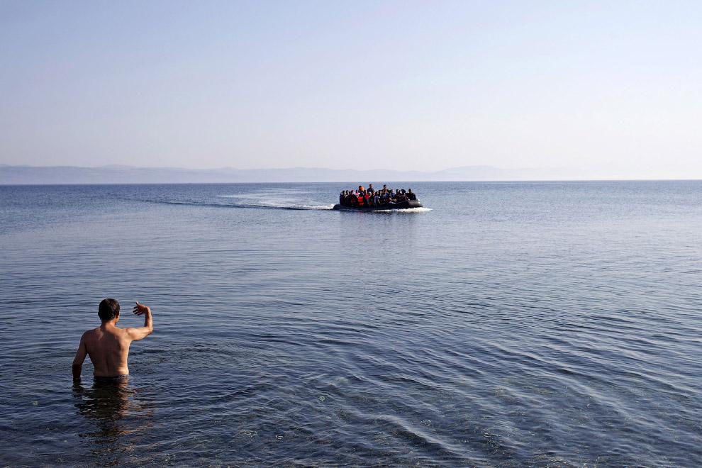 Сирийцы прибывают на резиновой лодке на греческий остров Лесбос