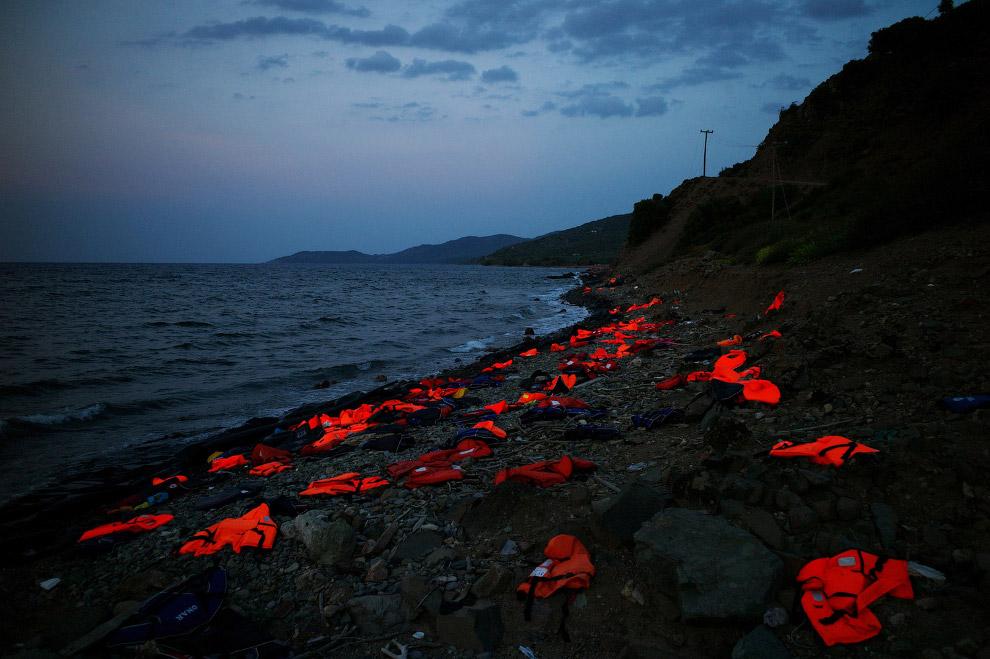 Брошенные спасательные жилеты мигрантов, которые прибыли на греческий остров Лесбос