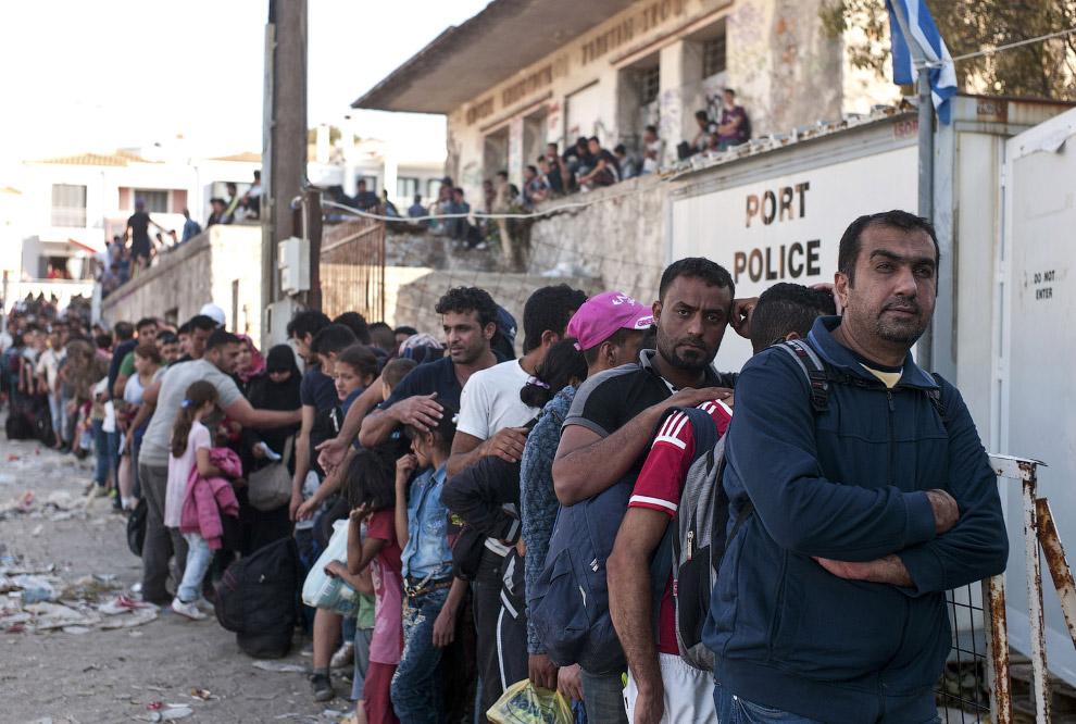 Очередь на регистрацию мигрантов на греческом острове