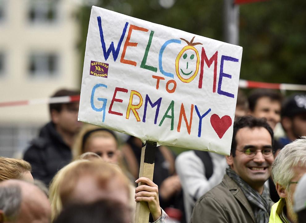 Немцы с плакатом «Добро пожаловать в Германию» в Дортмунде