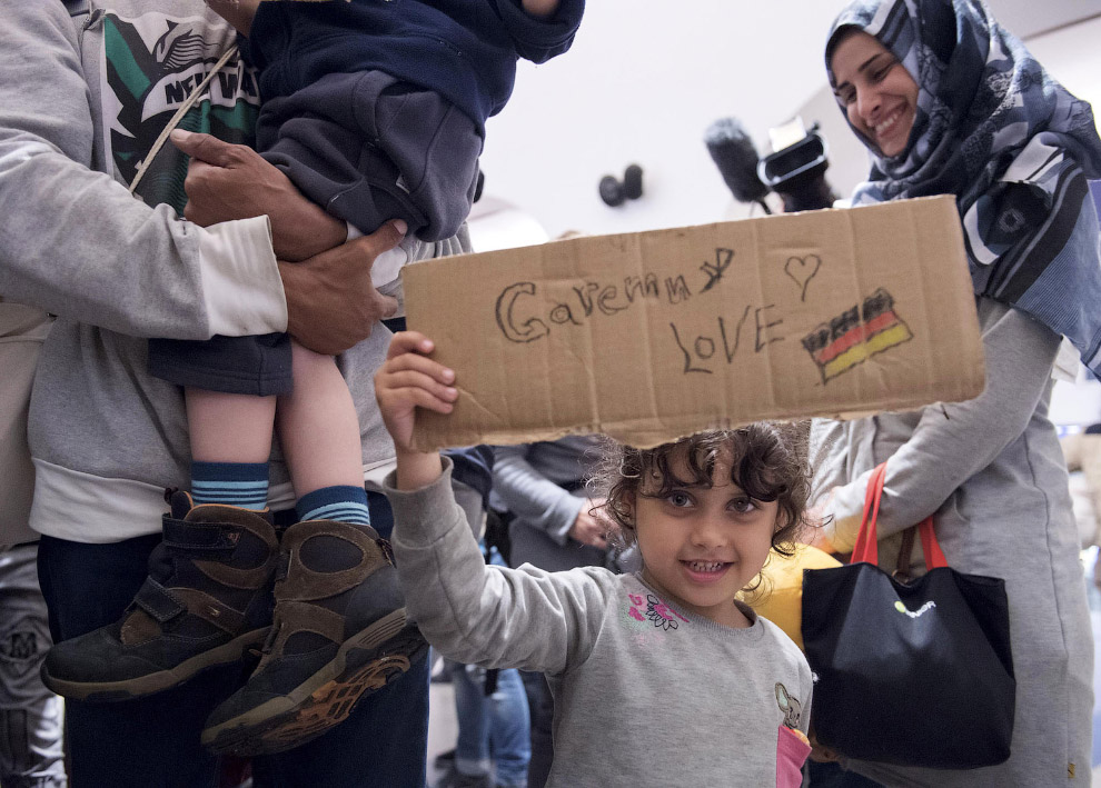 Сирийцы на вокзале в Заальфельде, Германия признаются в любви к этой стране