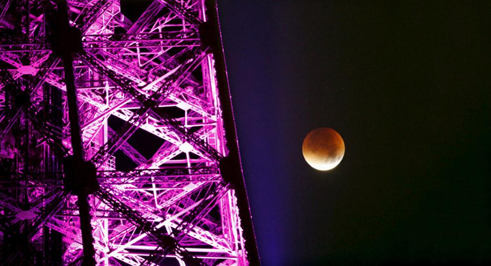 Париж, Франция, кровавая Луна и Эйфелева башня