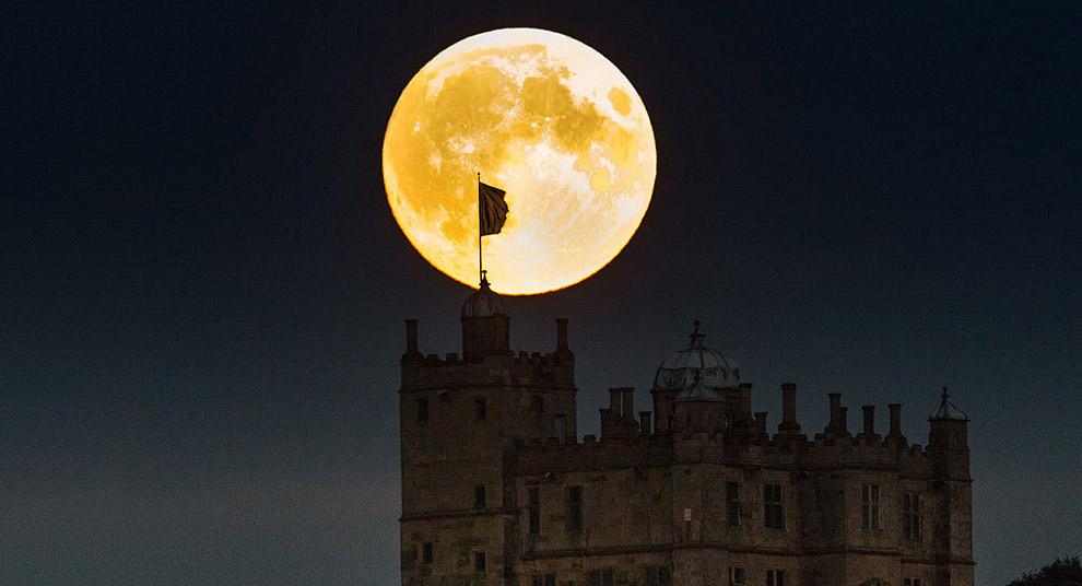 Кровавая луна и замок Болсовер, графство Дербишир, Англия