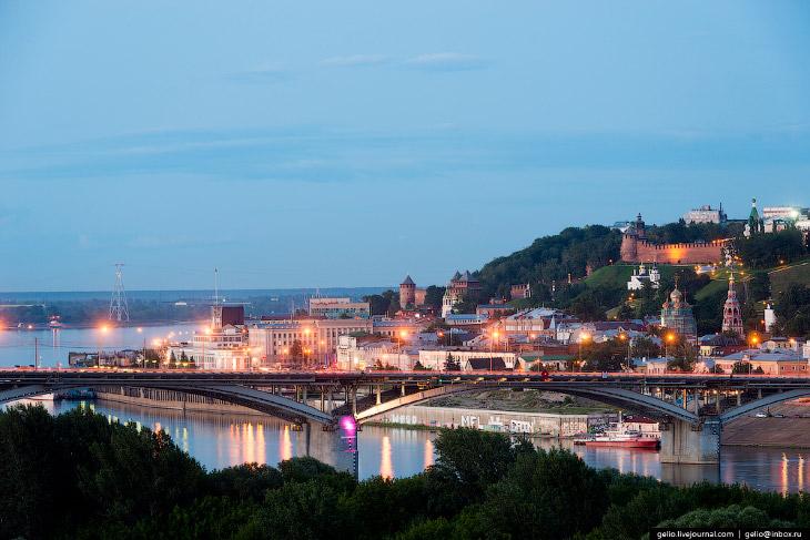 Нижний Новгород расположен в 400 км к востоку от Москвы