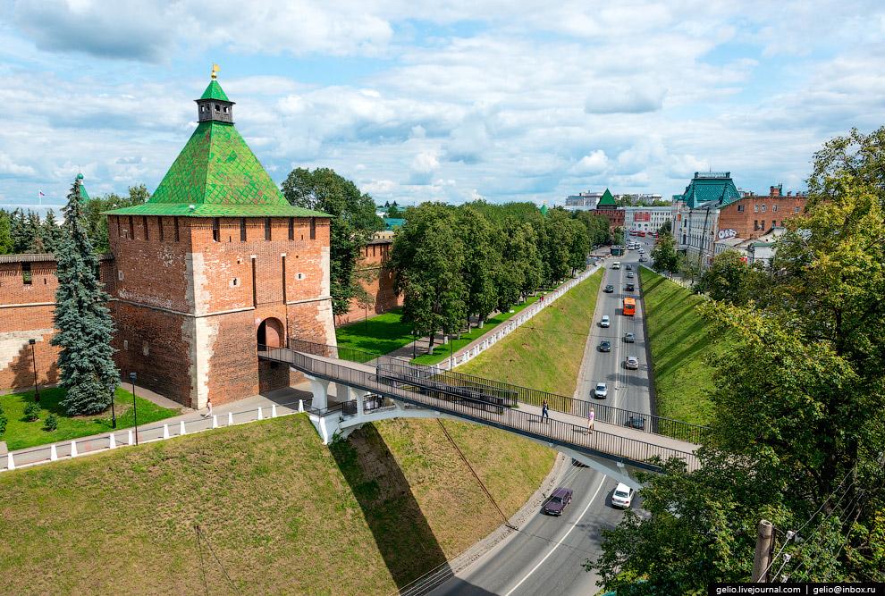 Никольская башня и пешеходный мостик над Зеленским съездом.