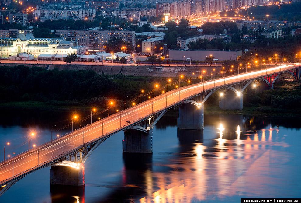 Первый из постоянных городских мостов через Оку.