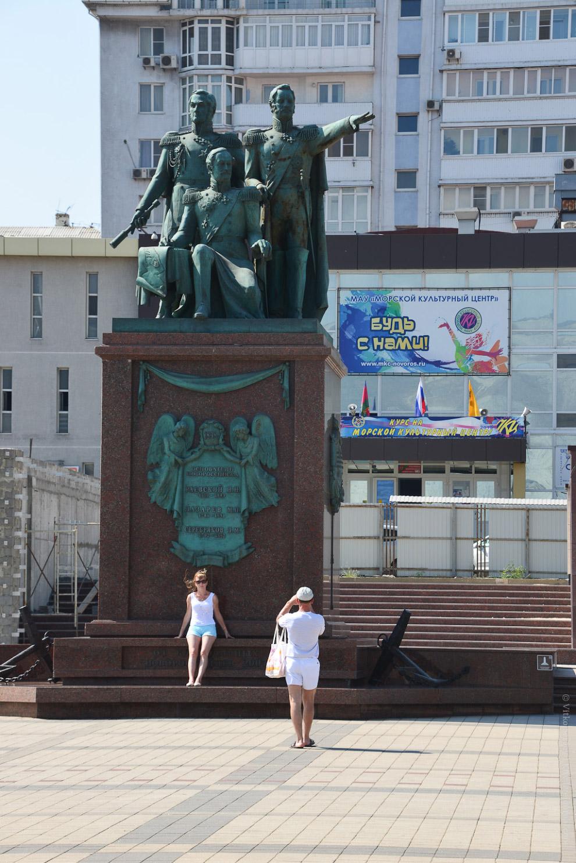Памятник отцам-основателям города: «Будь с нами»