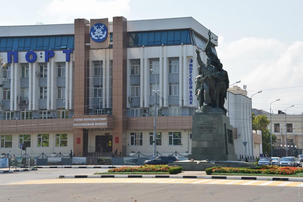 Площадь Свободы с памятником воинам-освободителям и зданием Росморпорта