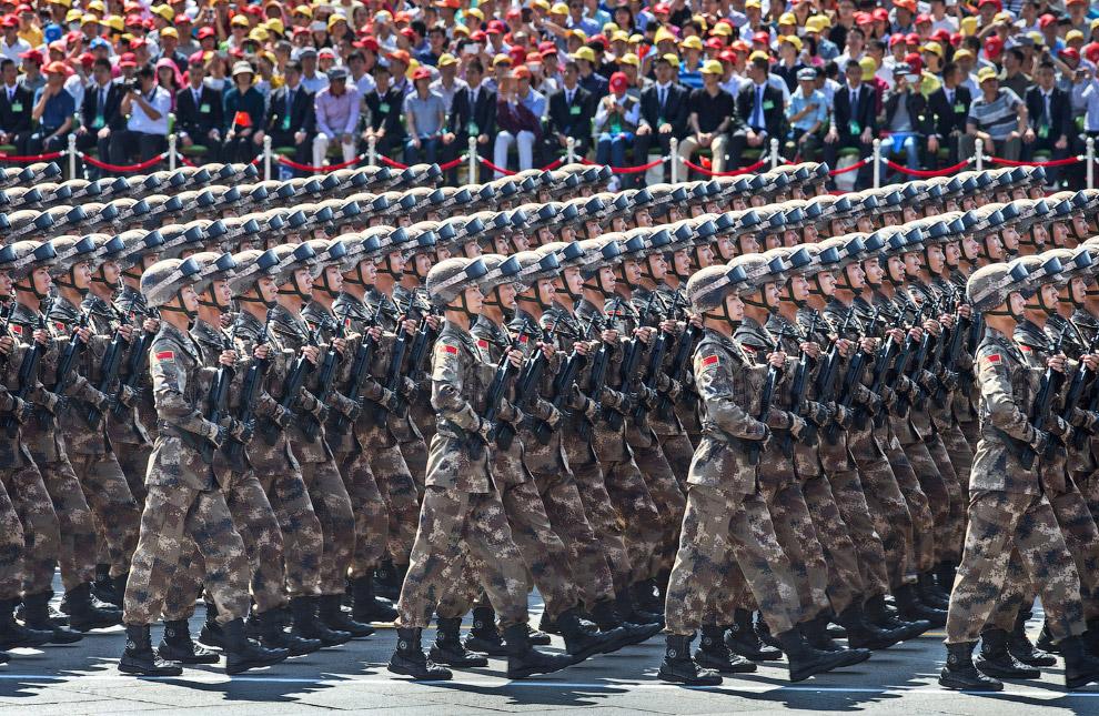 Бравые китайские солдаты на площади Тяньаньмэнь во время парада в Китае в честь 70-летия окончания Второй мировой войны
