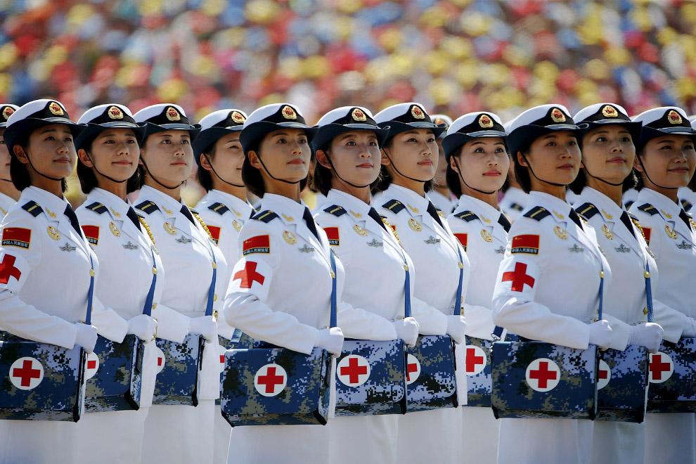 Военные медсестры во время парада в Пекине
