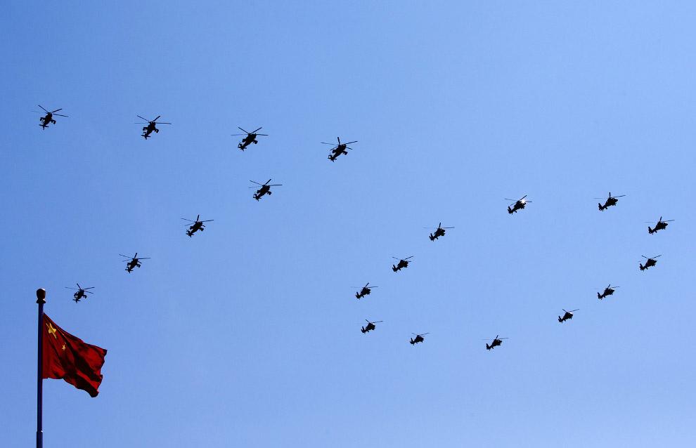 Китайские вертолеты формируют строй в виде цифры «70»