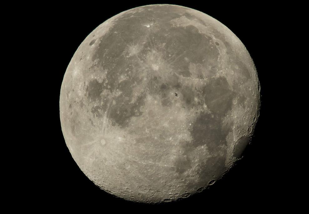 Еле видная МКС на фоне Луны