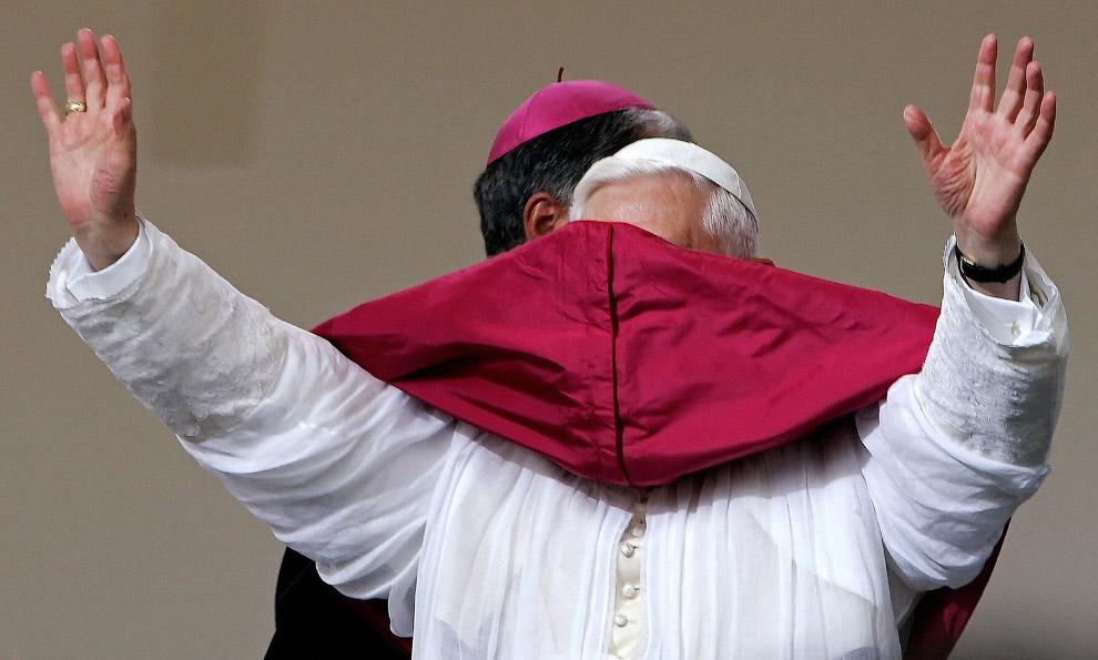 Папа Бенедикт XVI вновь повержен