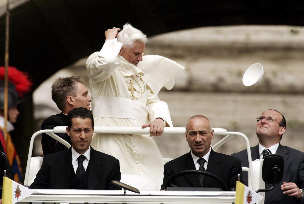 Папа Бенедикт XVI і його летючий пілеолус
