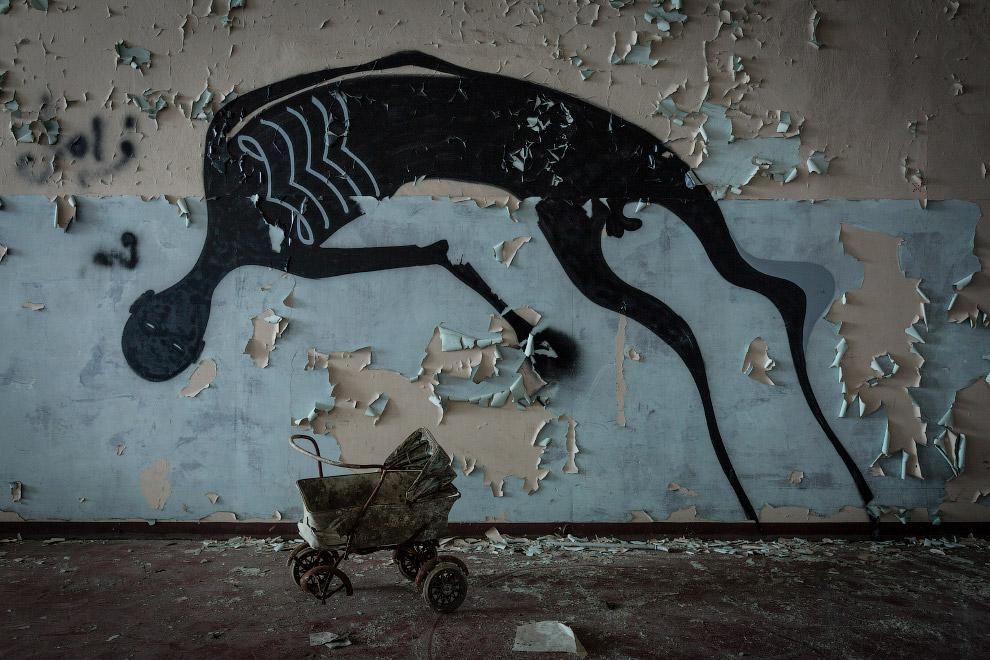 Странное граффити и чья-то коляска