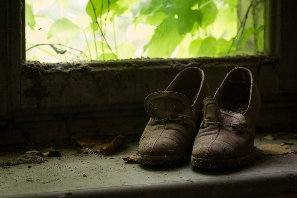 Похоже, кото-то торопился покинуть это заведение и забыл обувь