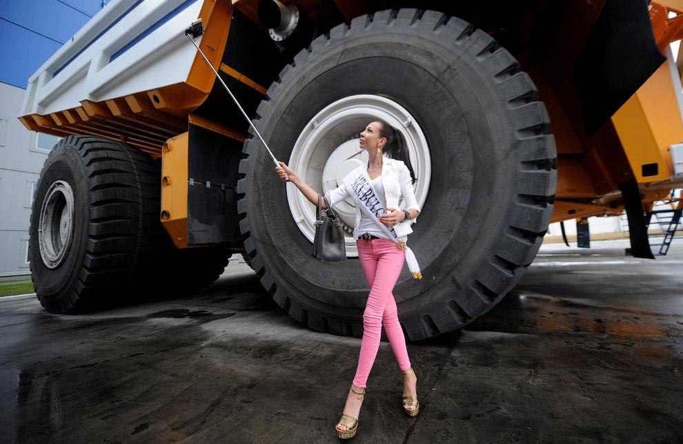 Участница конкурса «Мисс Вселенная 2015» и самосвал БелАЗ, Минск, Белоруссия