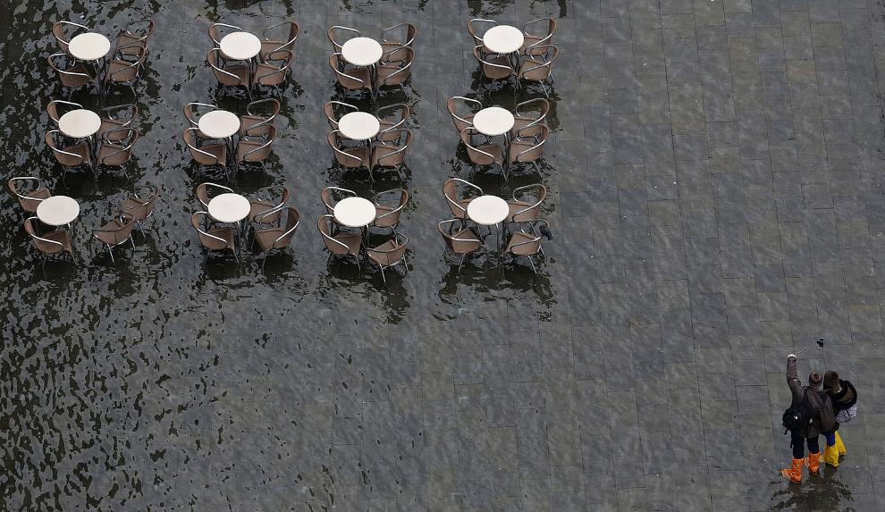 Селфи на затопленной площади в Венеции, Италия