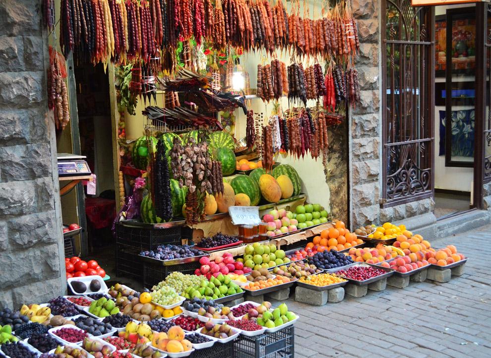Улица Леселидзе.Славится многичисленными магазинами сувениров и торговыми лавками