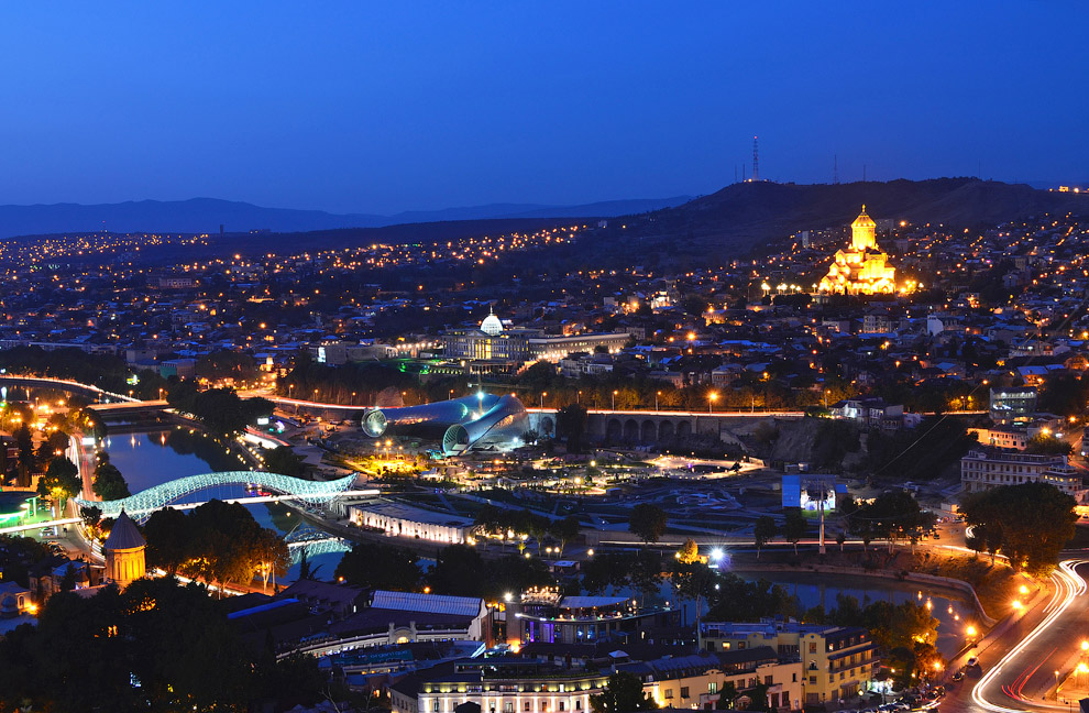 Вид на ночной Тбилиси с Крепости Нарикала
