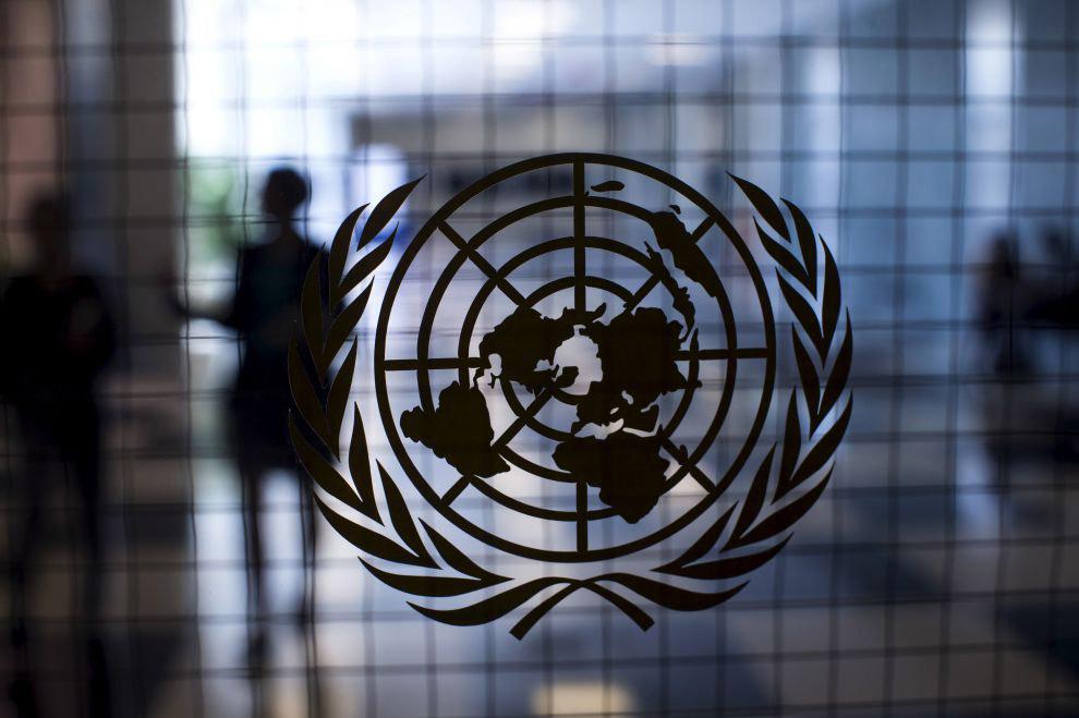 Логотип ООН на стеклянной двери
