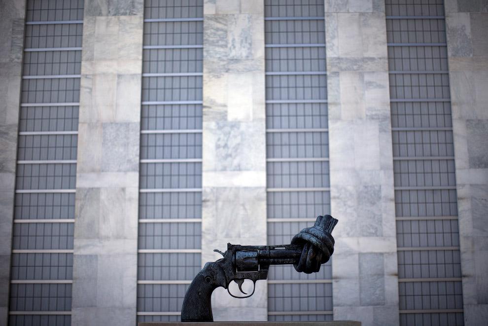 Бронзовая скульптура шведского художника в виде револьвера возле здания