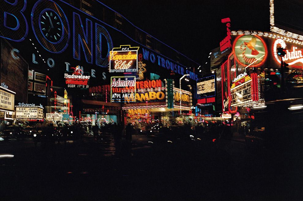 Тайм-сквер уже давно приобрёл свой неоновый образ, 1955