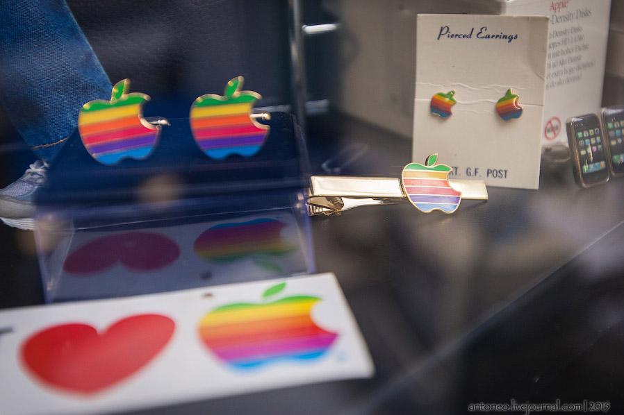Различная сувенирная продукция Apple