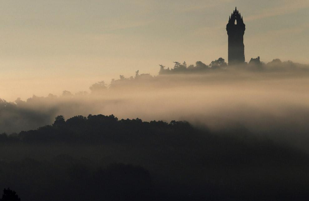 Сквозь осенний туман виден памятник шотландскому рыцарю и военачальнику, одному из предводителей шотландцев в войне за независимость от Англии Уильяму Уоллесу