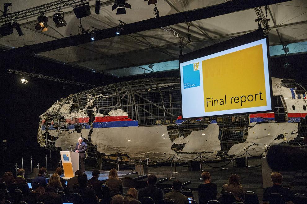 Председатель Совета безопасности Tjibbe Joustra представляет доклад голландской комиссии на фоне останков Боинга 777