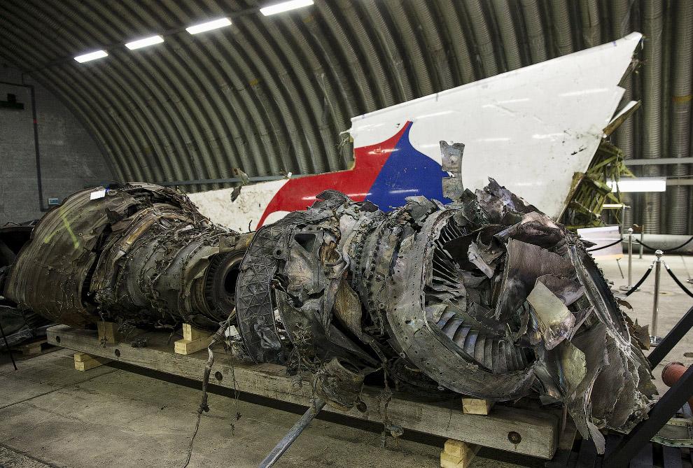 Останки двигателя самолета с рейса MH17