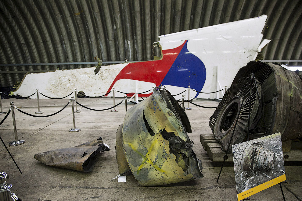 Обломки самолета с рейса MH17