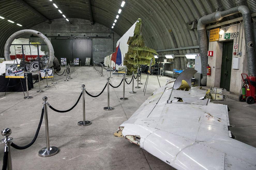 Впереди — останки крыла самолета