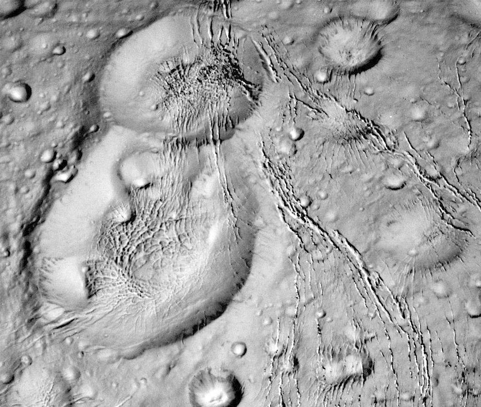 Поверхность Энцелада с кратерами