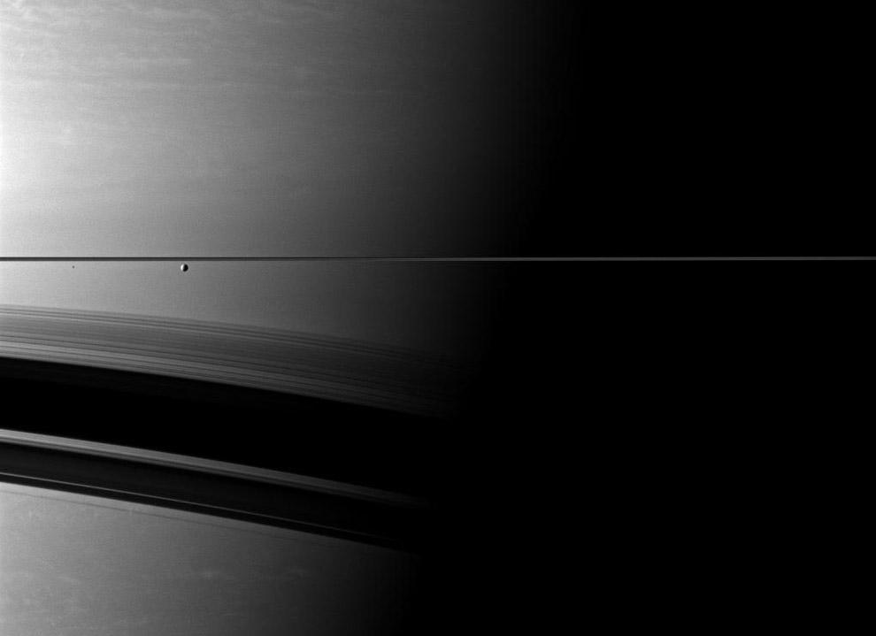 Здесь видны Энцелад и маленький спутник Эпиметей