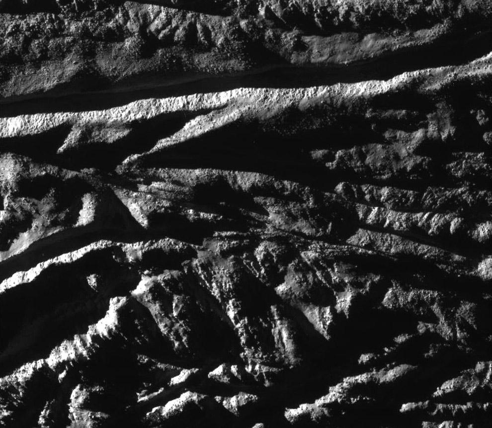 Глубокие разломы и рельефные полосы на Энцеладе