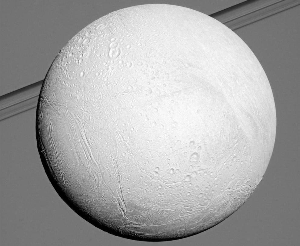 Энцелад во всей красе на фоне колец Сатурна