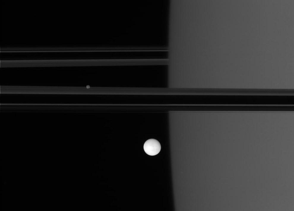Вид на Энцелад и Сатурн с кольцами с расстояния примерно 1 378 400 кмВид на Энцелад и Сатурн с кольцами с расстояния примерно 1 378 400 км