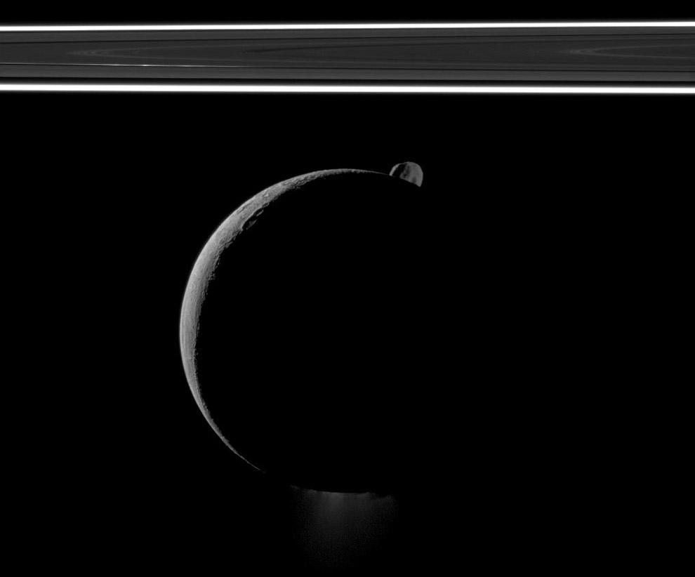 На этом снимке видны Энцелад, кольца Сатурна и маленький спутник Эпиметей