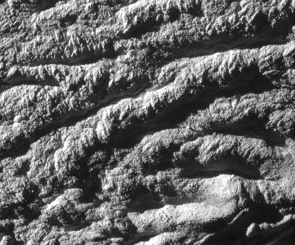 Вид поверхности Энцелада с расстояния 1 063 километра