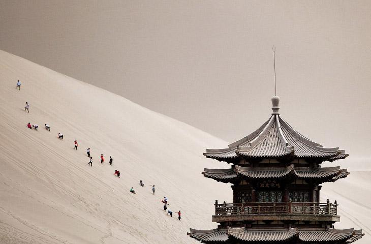 Поющие песчаные дюны и туристы в провинции Ганьсу