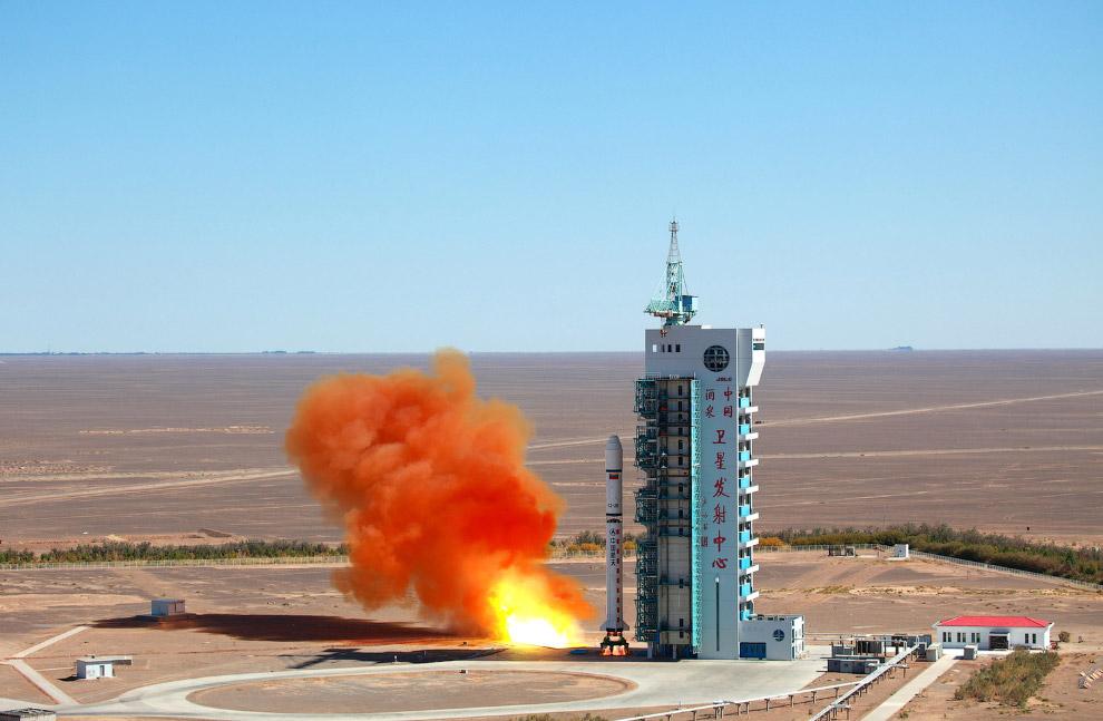 Старт ракеты с космодрома в провинции Ганьсу