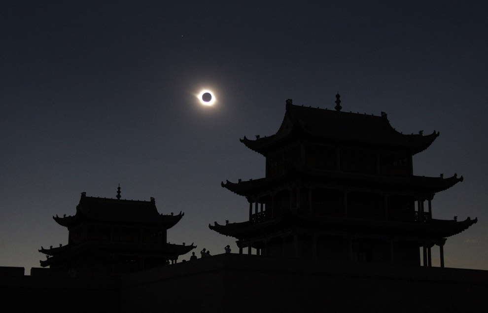 Солнечное затмение над Великой китайской стеной