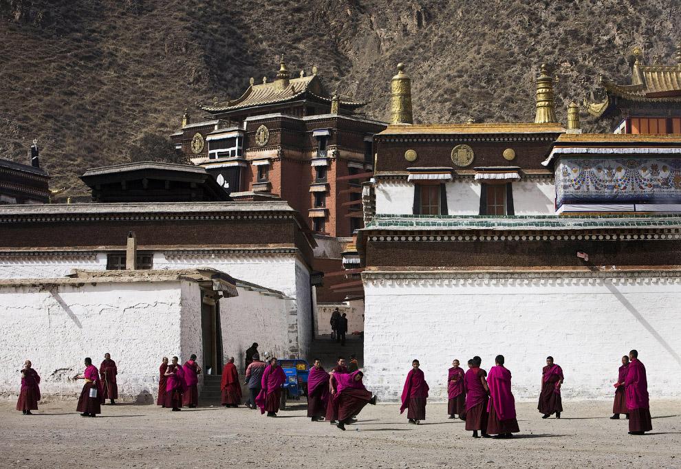 Тибетские монахи в монастыре Лабранг, о котором мы упоминали выше