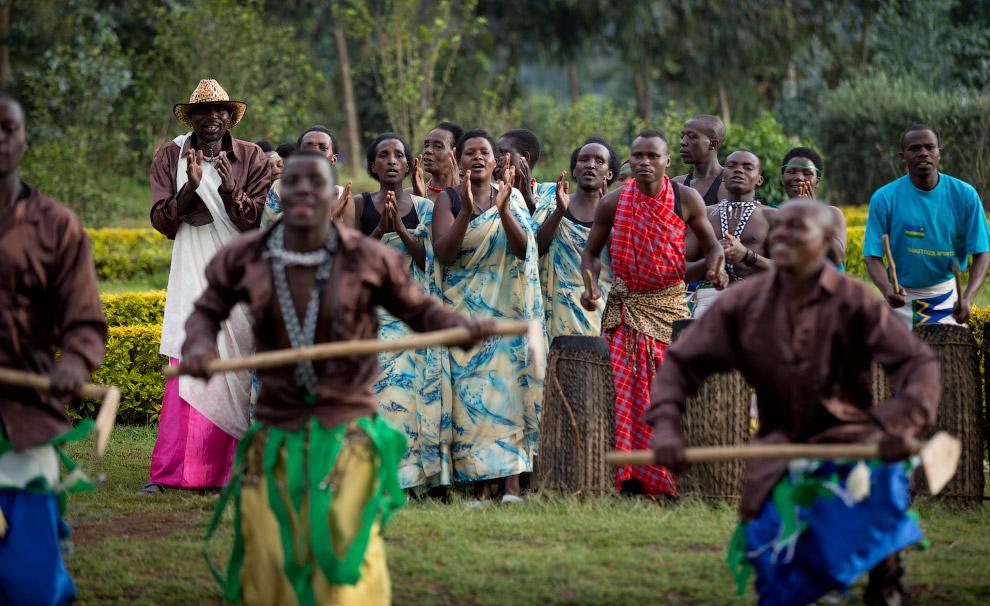 Прибывающих в парк туристов развлекают местные танцоры